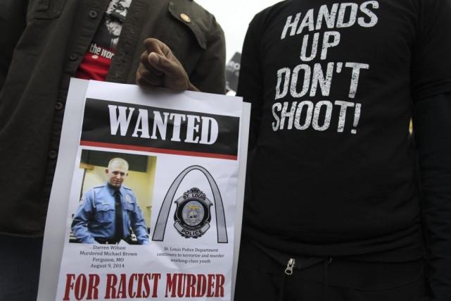 Des manifestants ont réclamé l'arrestation de Darren Wilson... (PHOTO JOSHUA LOTT, AFP)