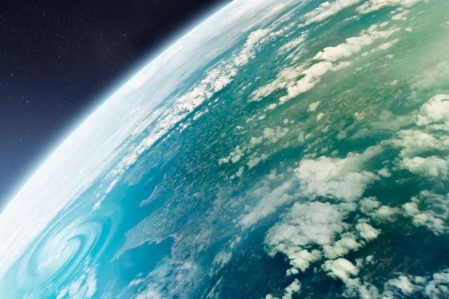 À l'équateur, la force centrifuge et la gravité... (Shutterstock, solarseven)