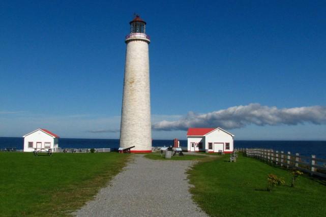 Des lézardes laissent filtrer l'eau dans le phare... (Lise Ste-Croix, Site historique maritime du phare de Cap-des-Rosiers)