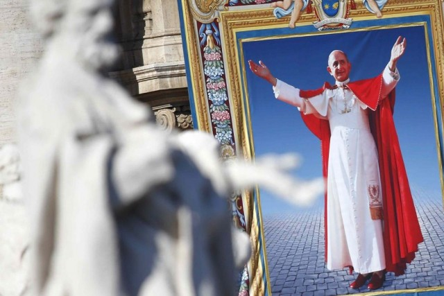 Une tapisserie montrant Paul VI souriant et ouvrant... (PHOTO TONY GENTILE, REUTERS)
