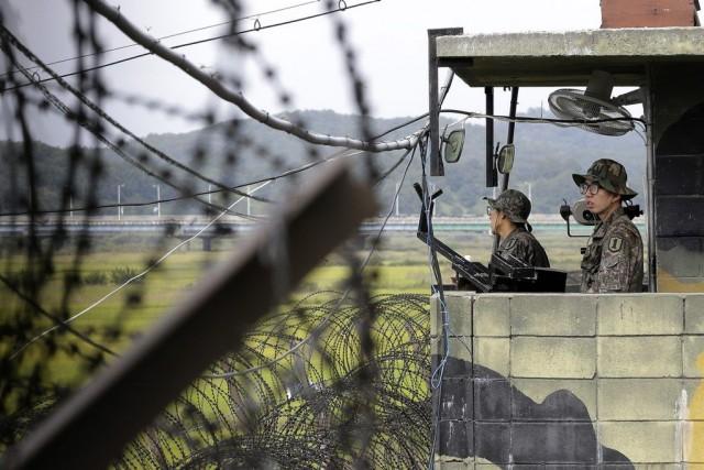 Des soldats sud-coréens montent la garde à un... (PHOTO AHN YOUNG-JOON, ARCHIVES AP)