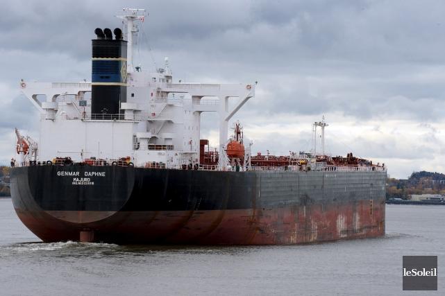Le pétrolier Genmar Daphné a mouillé dans les... (Le Soleil, Erick Labbé)