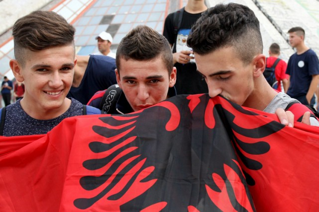 Des fans de soccer ont embrassé le drapeau... (Photo: AFP)