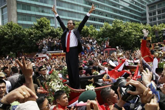 Joko Jokowi s'est offert un bain de foule... (Photo Achmad Ibraham, AP)
