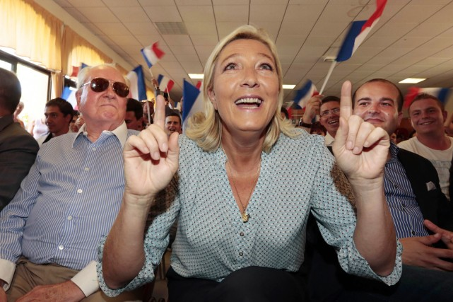 Marine Le Pen, falnquée de son père Jean-Marie... (PHOTO ERIC GAILLARD, ARCHIVES REUTERS)