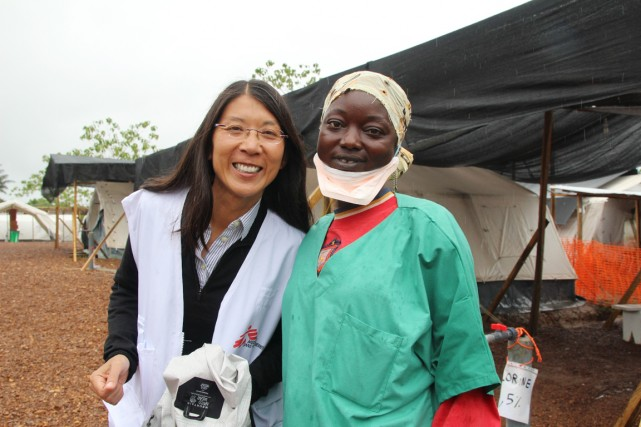 La docteure Joanne Liu (à gauche), lors d'une... (PHOTO FOURNIE PAR MÉDECINS SANS FRONTIÈRES)
