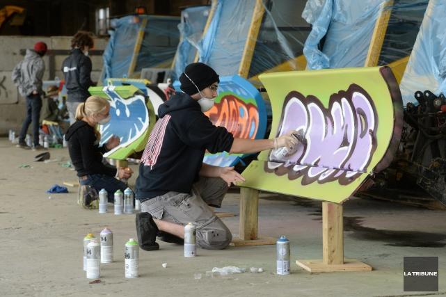 Quatorze jeunes, cannettes à la main, s'apprêtent à entamer leur oeuvre. Devant... (Imacom, Maxime Picard)