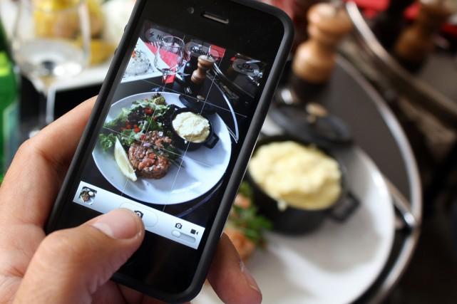 Du «foodie» qui poste chaque jour la photo de son repas sur Twitter à la mère... (Photo archives AFP)