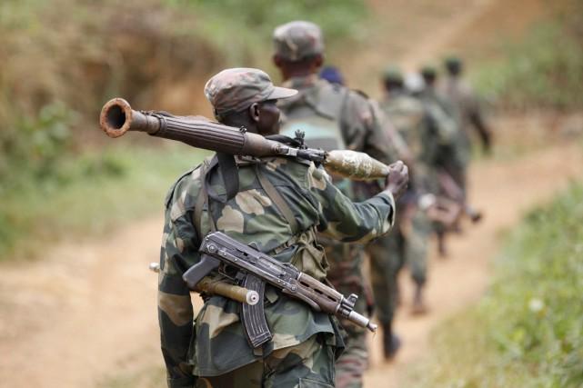 Des soldats de l'armée congolaise patrouillent à la... (PHOTO KENNY KATOMBE, ARCHIVES REUTERS)
