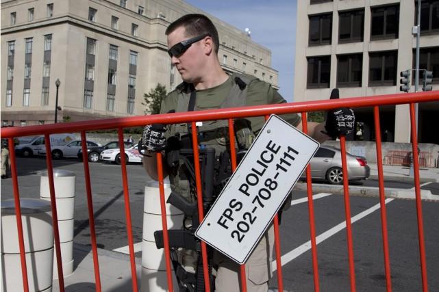 Un marshal américain monte la garde devant le... (PHOTO MANUEL BALCE CENETA, ARCHIVES A)