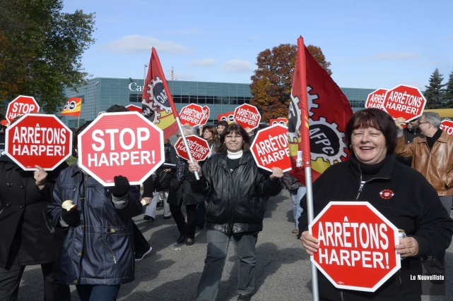 Des membres de l'AFPC-Québec ont manifesté devant le... (Photo: Sylvain Mayer, Le Nouvelliste)
