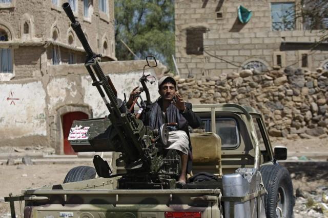 Unrebelle chiite est assis dans la boîte d'un... (PHOTO HANI MOHAMMED, AP)