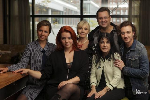 La réalisatrice Carole Laure, entourée de la distribution... (Photo: Martin Chamberland, La Presse)