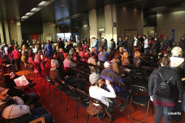 Près de 300 personnes se sont présentées au... (photo La Voix de l'Est)