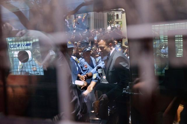 Oscar Pistorius quitte le tribunal de Pretoria à... (PHOTO ANTOINE DE RAS, REUTERS)