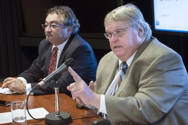 Le ministre de la Santé, Gaétan Barrette (accompagné... (PHOTO PAUL CHIASSON, LA PRESSE CANADIENNE)