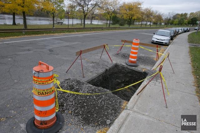 Une excavation laissée à ciel ouvert, dans l'avenue... (PHOTO DAVID BOILY, LA PRESSE)
