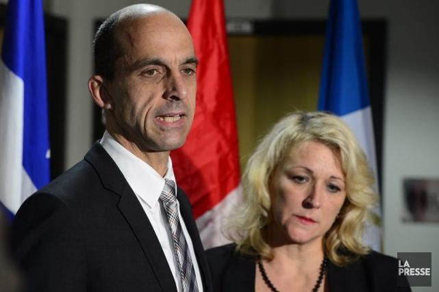 Accompagné de son homologue québécoise Lise Thériault, le... (La Presse Canadienne, Paul Chiasson)