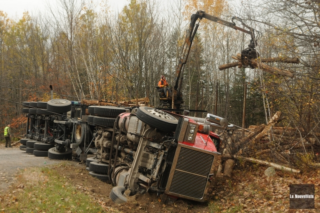 Un camion transportant des billes de bois s'est... (Photo: François Gervais, Le Nouvelliste)