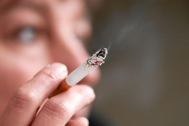 Plusieurs non-fumeurs qui habitent avec un fumeur respirent... (Photo Digital/Thinkstock)