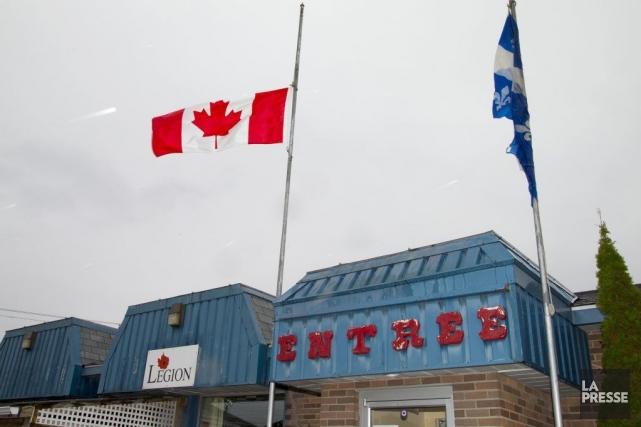 Les drapeaux sont en berne à la Légion... (PHOTO ALAIN ROBERGE, LA PRESSE)