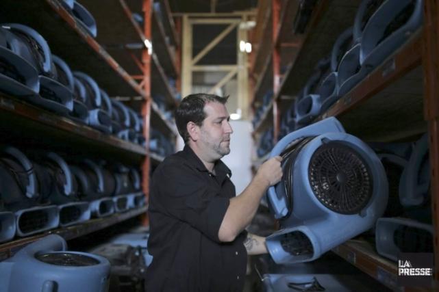Les techniciens en restauration après sinistre, comme Olivier... (Photo Martin Chamberland, La Presse)