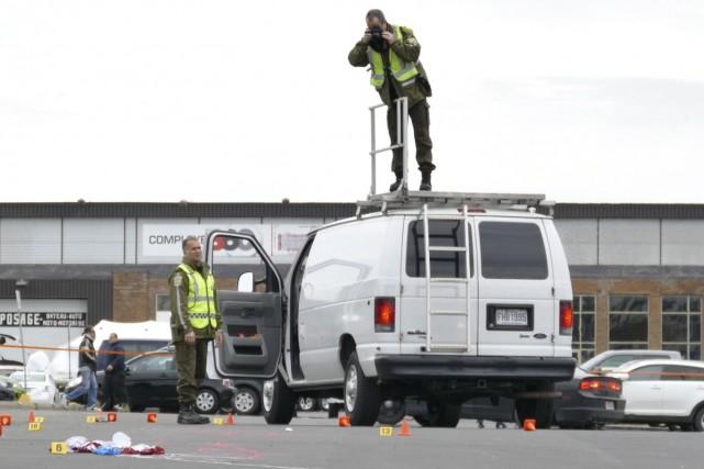 Des enquêteurs de la SQ prennent des photos... (La Presse Canadienne, Pascal Marchand)