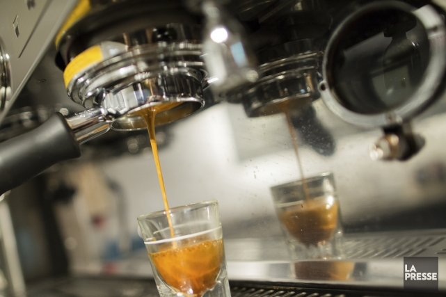 Un café coule de la belle machine à... (PHOTO EDOUARD PLANTE-FRÉCHETTE, LA PRESSE)