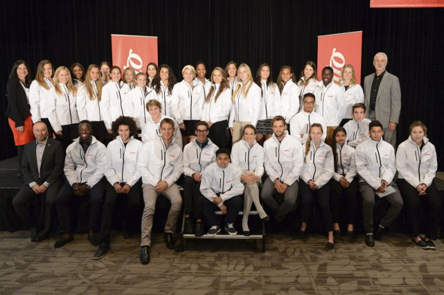 Les 41 étudiants-athlètes accompagnés par Sandy Vassiadis, de... (Photo fournie par Normand Huberdeau)
