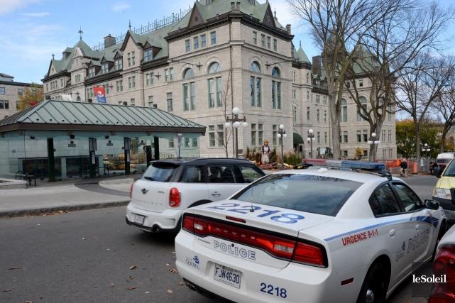 La présence policière a été demandée devant l'hôtel... (Le Soleil, Erick Labbé)