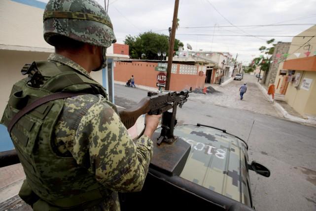 Des éléments de l'armée et de la police... (PHOTO EDUARDO VERDUGO, ARCHIVES AP)