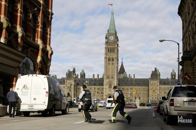 Les policiers étaient sur les dents, mercredi, dans... (PHOTO ADRIAN WYLD, ARCHIVES LA PRESSE CANADIENNE)
