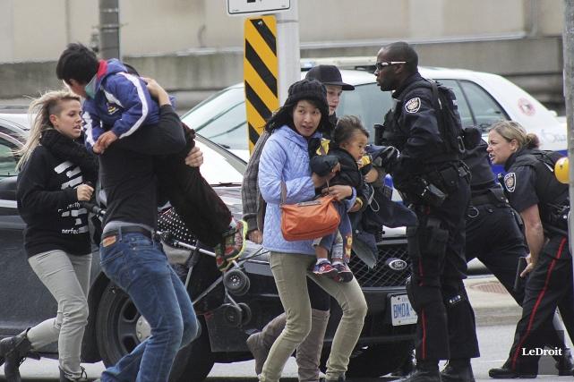 Des policiers de la Ville d'Ottawa évacuant de... (Photo Le Droit, Étienne Ranger)