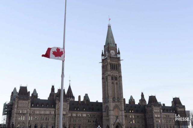 Les drapeaux ont été mis en berne au... (La Presse Canadienne)