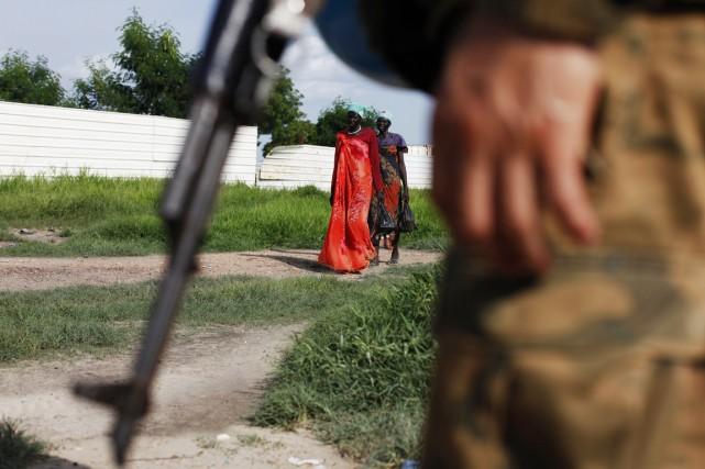 Des Sud-Soudanaises passent à proximité d'un Casque bleu... (PHOTO ANDREEA CAMPEANU, ARCHIVES REUTERS)