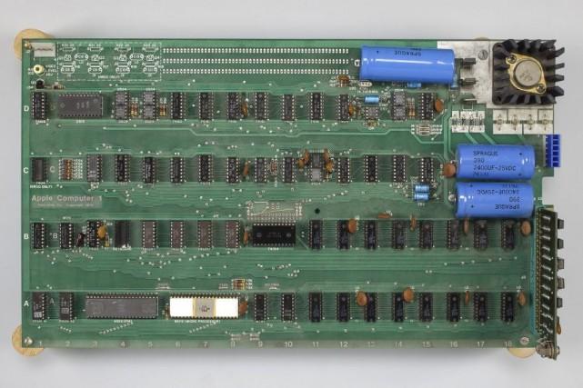 L'ordinateur Apple-1 a été assemblé à la main... (Photo Bonhams, AP)