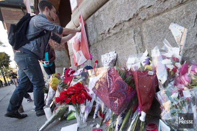 Des messages rédigés sur un drapeau canadien et... (La Presse Canadienne, Peter Power)