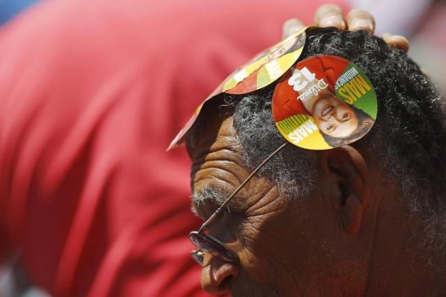 Un partisan de la présidente sortante Dilma Rousseff... (PHOTO RICARDO MORAES, REUTERS)
