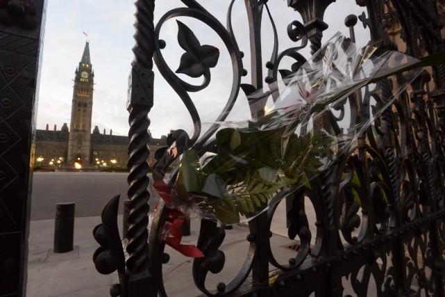 Une gerbe de fleurs déposée à l'entrée du... (PHOTO LA PRESSE CANADIENNE)