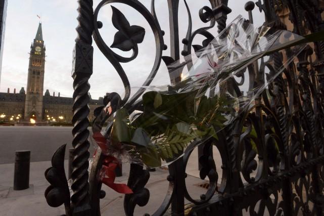 Gerbe de fleurs déposée à l'entrée du parlement.... (La Presse Canadienne)