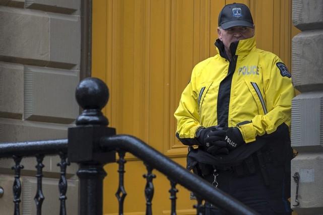 Un policier montait la garde devant le siège... (PHOTO ANDREW VAUGHAN, LA PRESSE CANADIENNE)