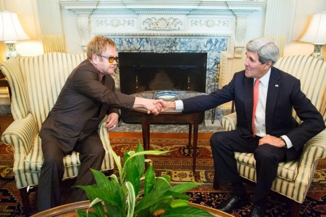 Elton John serre la main de John Kerry,... (Photo: Reuters)