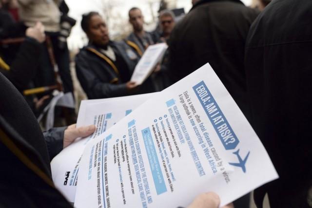Des feuillets d'information ont été distribués àBrooklyn, le... (PHOTO JEWEL SAMAD, AFP)