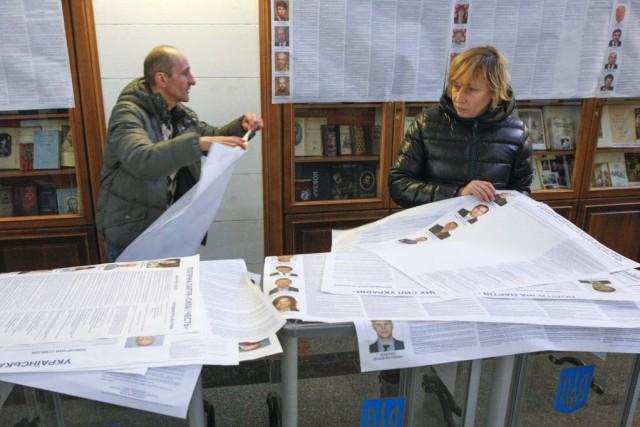 Les bureaux de vote ouvriront dimanche à 08h00... (Photo Valentyn Ogirenko, Reuters)