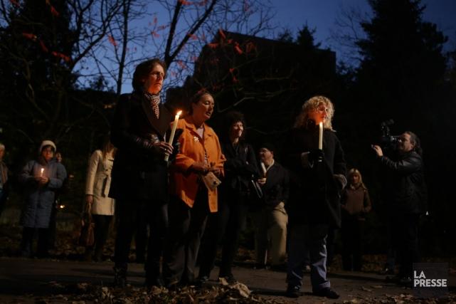 Des citoyens se sont rassemblés pour une vigile,... (Photo Fanny Lacasse, La Presse)