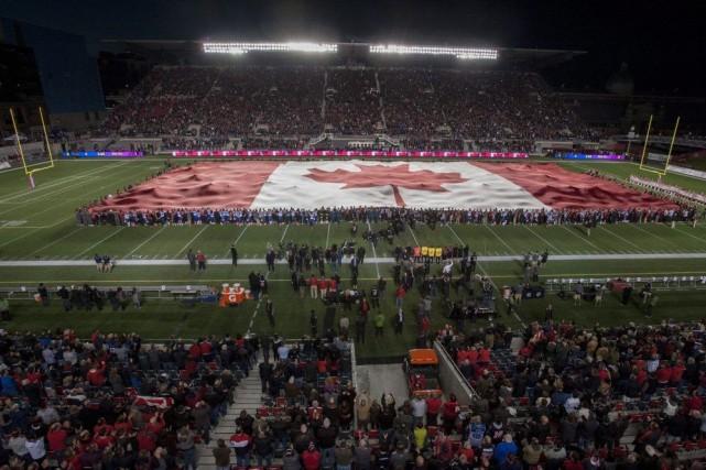 Un grand drapeau du Canada a été déployé... (Justin Tang, La Presse Canadienne)