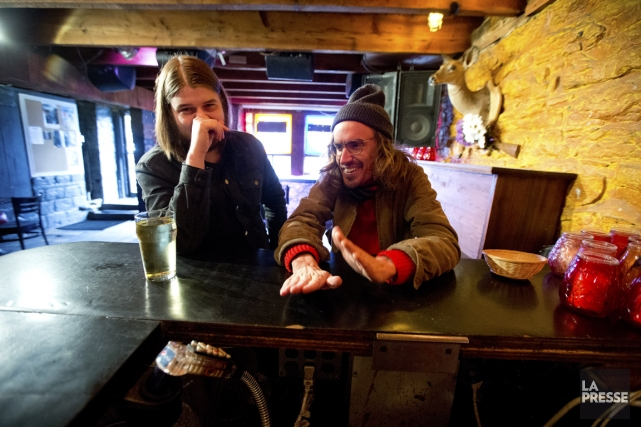 Emmanuel Éthier et Jimmy Hunt discutent au bar... (Photo François Roy, La Presse)