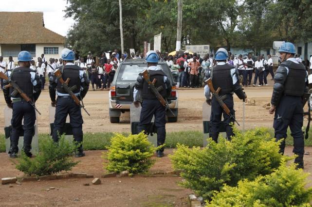 Des Casques bleus de l'ONU surveillent des manifestants... (Photo Kenny Katombe, Reuters)