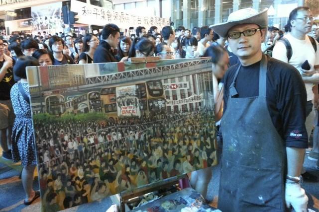 Perry Chan peint une toile des manifestations tous... (Photo fournie par Perry Chan)