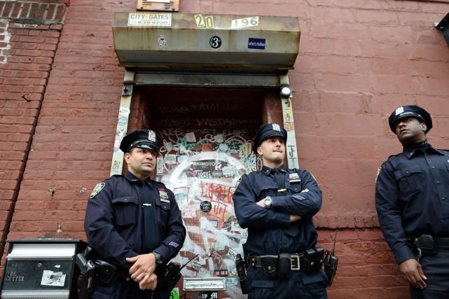 Des policiers montent la garde devant l'entrée de... (Photo Jewel Samad, AFP)